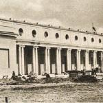 """Widok na fasadę Trybuny Głównej, wrzesień 1954 r. (fot. """"Stolica"""")"""